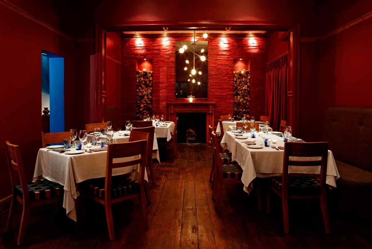 red walls in restaurant La Mouette